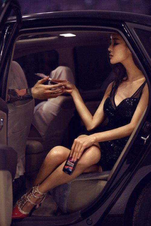 移动信息:性感美模李颖芝上演 MOTO XT910 MAXX 极致诱惑