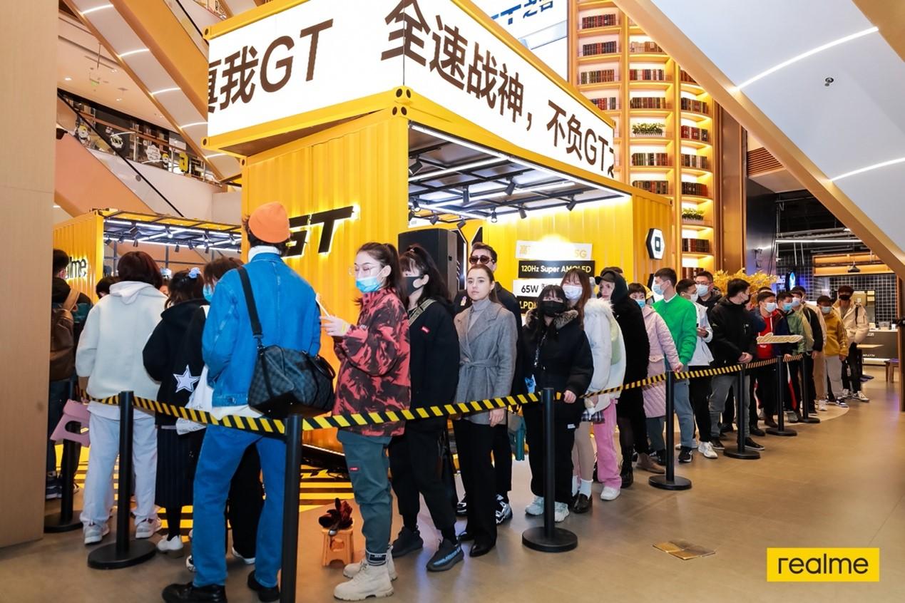 """粉丝在""""全速战神快闪店""""上海站排队体验、购买"""